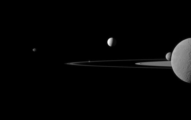 Un cliché - cinq satellites