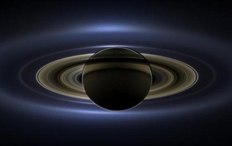Saturne, Mars, La Terre, Vénus et sept satellites sur un cliché