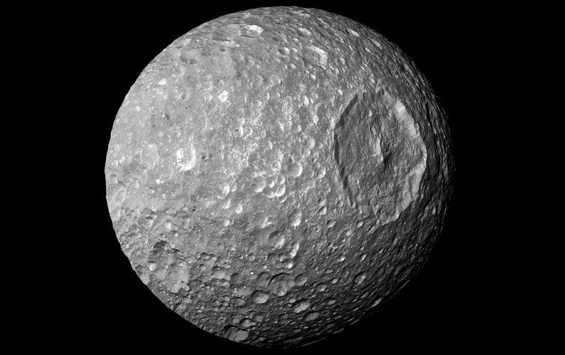 Mimas pourrait cacher un noyau fortement aplati ou un océan interne