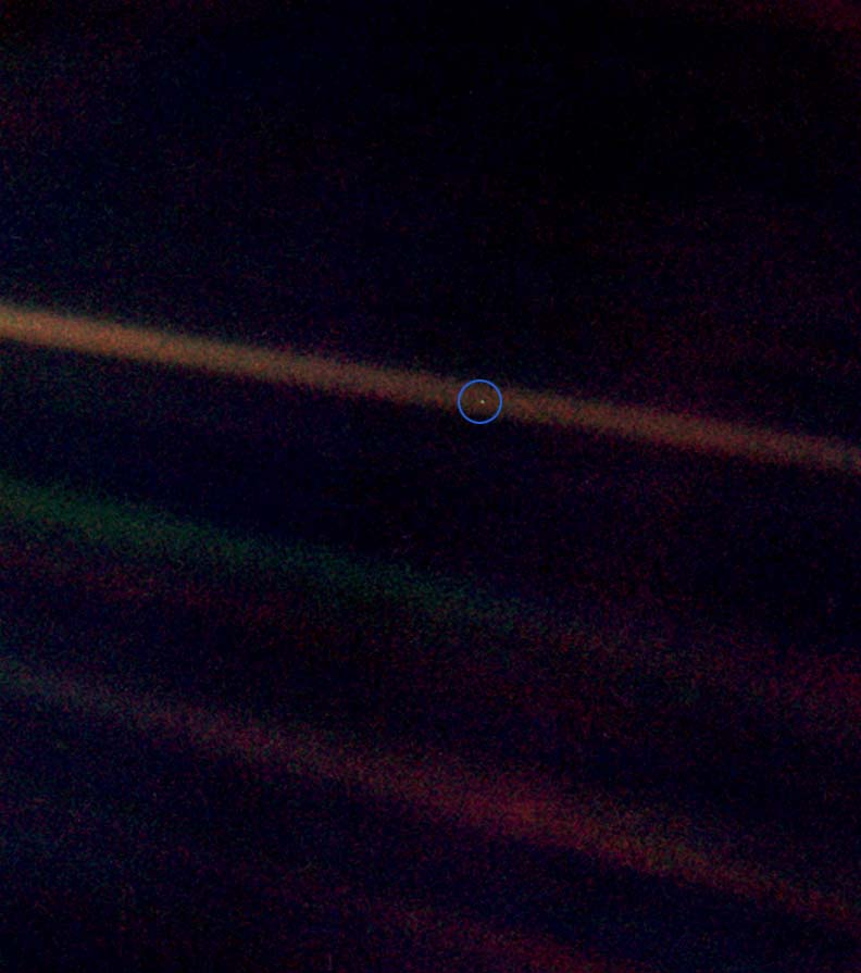 Pale Blue Dot (La Terre à 6 000 000 000 de km par Voyager 1)